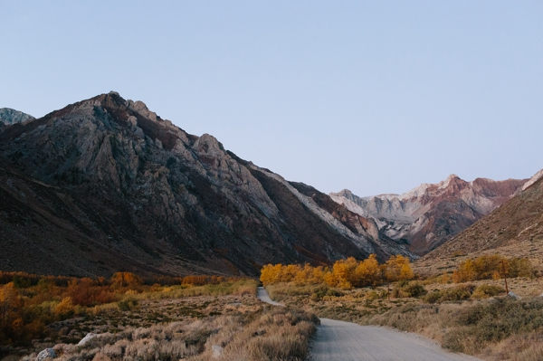 Roadtrip to the Eastern Sierra mountain range in California to photograph Fall Colors - Aspen trees turning yellow // WeAreAdventure.us